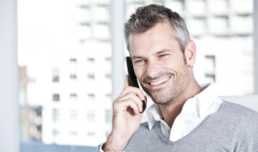 Mann telefoniert mit DECT-Telefon